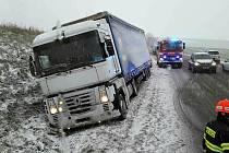 Jihomoravští hasiči zasahovali ve čtvrtek kvůli sněhu a ledovkám na silnicích u neobvykle vysokého počtu dopravních nehod.