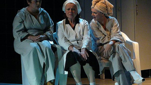 Ze hry Mikve, na snímku Jana Boušková, Iva Janžurová a Tatjana Medvecká.