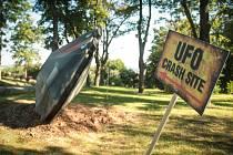 Létající talíř vypadá přesně, jako by skutečně spadl. Na vrcholu Kraví hory už zůstane.