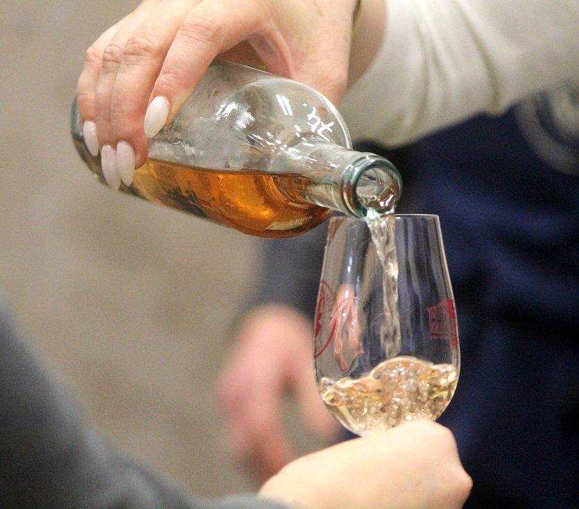 Košt vín v Těšeticích.