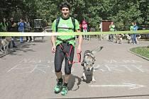 Posledních 40 kilometrů běžel Jakub Novotný s Československým vlčákem Volchem.