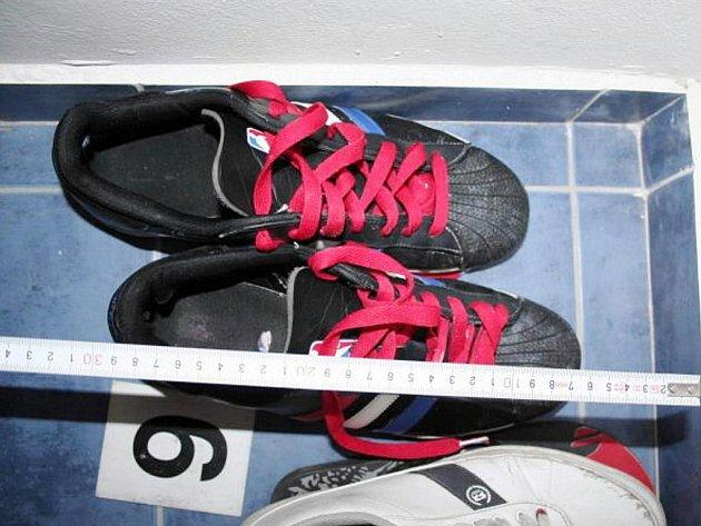 Policistům k usvědčení muže pomohly boty s výraznými červenými tkaničkami.