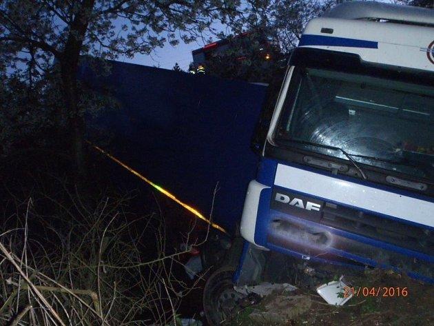 Více než tři hodiny odstraňovali vnoci ze středy na čtvrtek hasiči pozůstatky bouraného kamionu na dálnici D1. Řidič vyjel na úrovni obce Javůrek mimo silnici a uvízl vpříkopu. Poté zůstal zaklíněný vkabině.