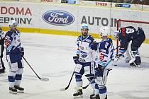 Hokejová Kometa Brno (v bílých dresech) uspěla na ledě Liberce 3:2 po samostatných nájezdech. Foto: Jiří Pinc/HC Kometa Brno