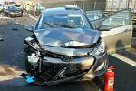 Úsek od 189. do 191. kilometru ve směru od Prahy zablokovala hromadná nehoda pěti aut. Na místě se zranila jedna mladá žena.