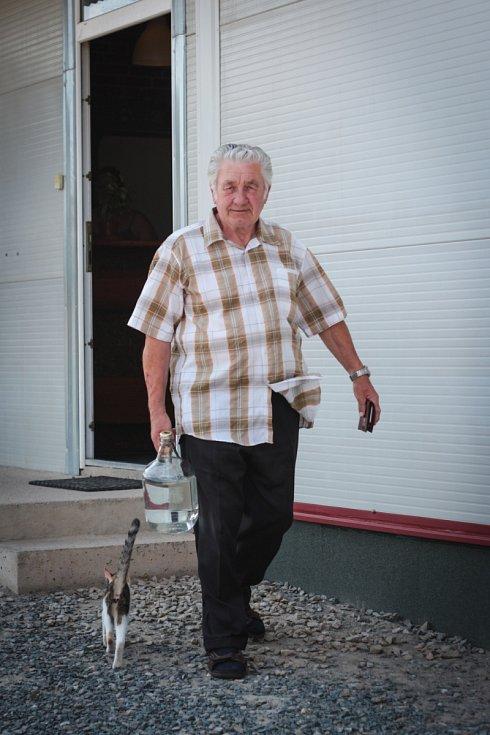 V Moravských Knínicích na Brněnsku má palírnu Ivo Lenský. Jeho podnik patří jen k několika v České republice, kde nevyžadují ovoce vypeckované.