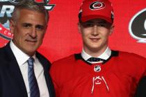 Hokejového útočníka Martina Nečase (vpravo) z brněnské Komety si na draftu NHL vybrala Carolina Hurricanes. Na snímku pózuje s generálním manažerem klubu a bývalým vynikajícím hokejistou Ronem Francisem .