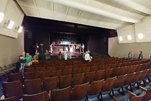 Brněnské Divadlo Polka Polívky má zrekonstruované jeviště i hlediště. V doprovodu principála Polívky si prostory prohlédlo vedení města.