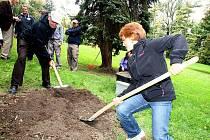 Účastníci akce Babylonfest v Brně zasadili stromy národů.