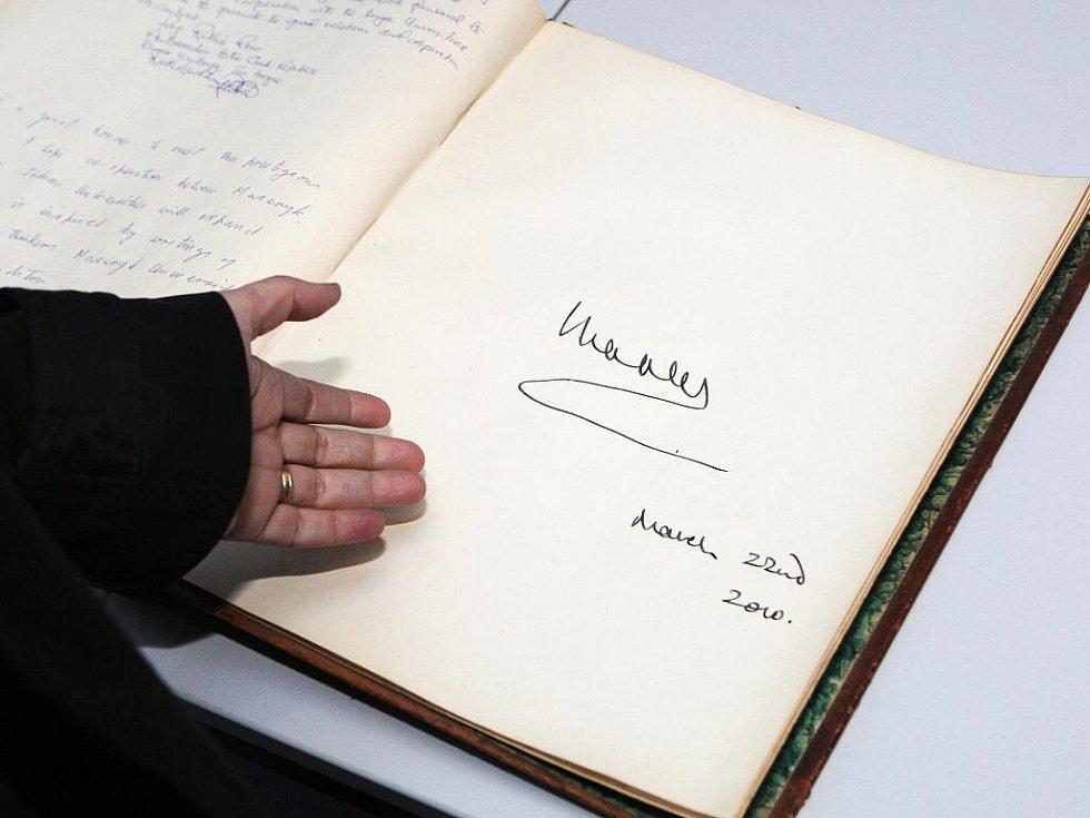 Podpis prince Charlese v pamětní knize Masarykovy univerzity.