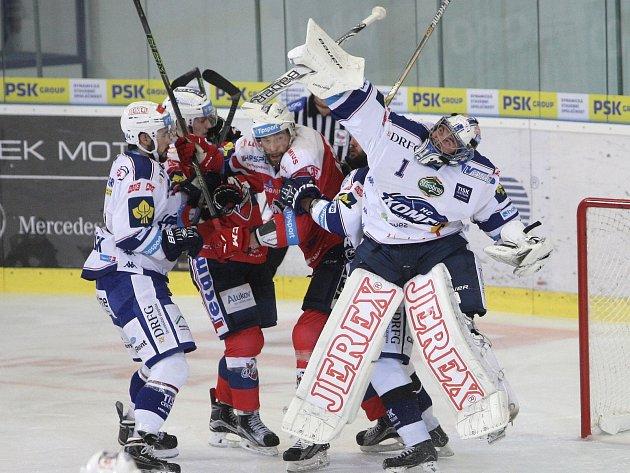 Hokejisté brněnské Komety (v bílém) porazili Pardubice jasně 6:1.