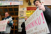 Protestující otcové nepustili ředitelku do práce