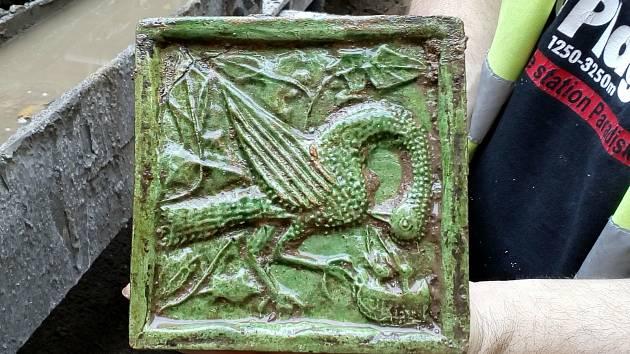 Velký kachel s motivem pelikána našli archeologové při výzkumu na Římském náměstí v Brně.