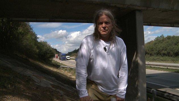 Dokument režiséra Pavla Jiráska zachycuje Vladimíra Kokoliu vprostředí rodných Veverských Knínic ivPraze, kde učí na Akademii výtvarných umění.