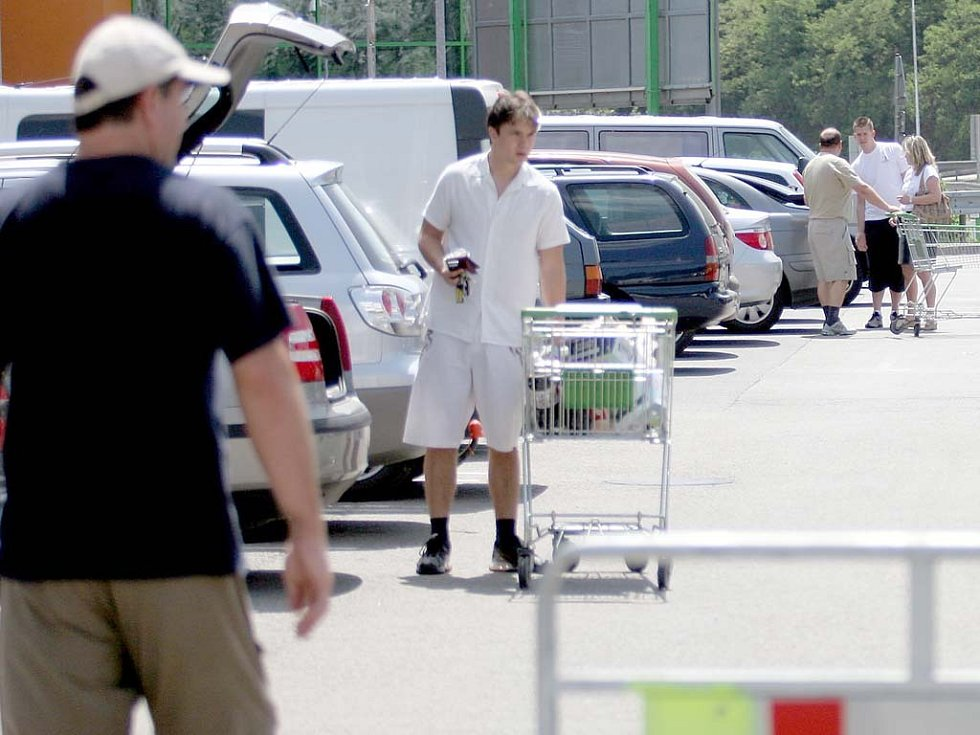 Parkoviště před brněnskými supermarkety jsou terčem jednotlivých zlodějů i organizovaných skupin.