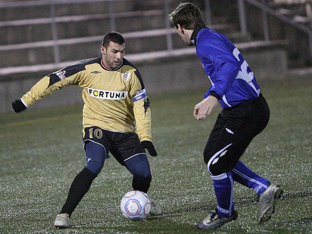 Fotbalista Tomáš Mica (vlevo).