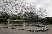 Obrovská stavba připomínající lešení poutá na Moravském náměstí pozornost kolemjdoucích Brňanů. V těchto dnech získává konečnou podobu. V pátek příští týden v ní slavnostně zahájí letošní ročník festivalu Meeting Brno.