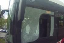 Roztříštěné sklo autobusu výlukové linky x6 v brněnských Bohunicích z pondělního dopoledne.