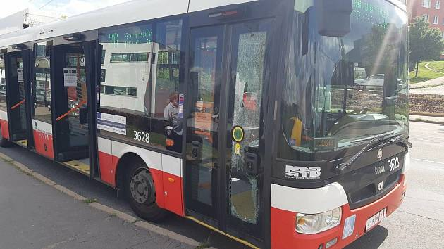 Dej si roušku, řekl řidič při nástupu do autobusu. Muž v naštvání prokopl dveře