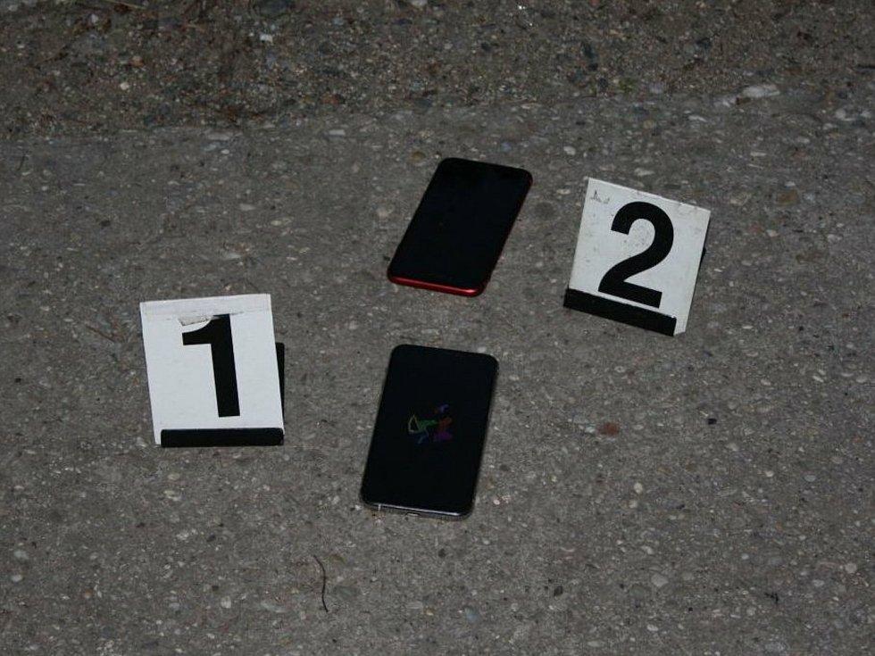 Od telefonů v obchodě odstřihli bezpečnostní lanka a dali se s nimi na útěk.