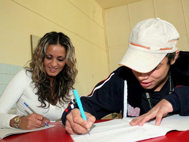 Studenti denního studia soukromé střední sociálně-právní školy ve Vranovské ulici.