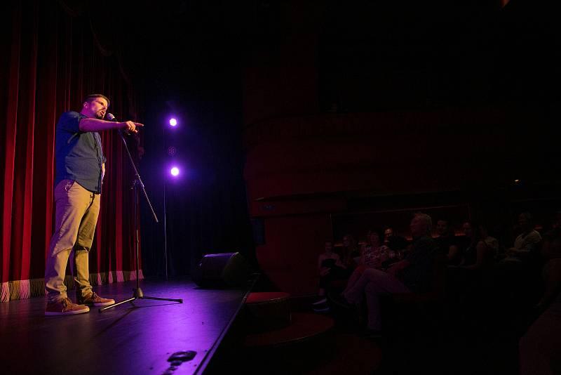 Brněnští standup komici vystoupili v Cabaret des Péchés.