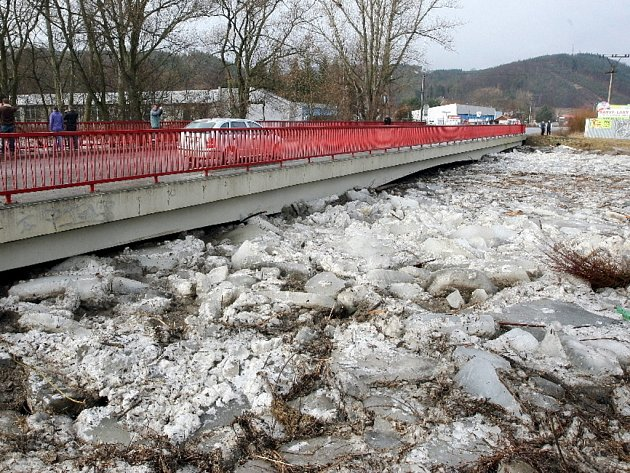 V Tišnově řeku Svratku ucpaly ledové kry. Na některých místech lidé nachystali zátarasy a pytle z písku.