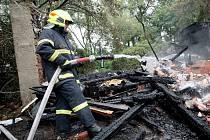 Chata v Sušilově ulici v Tetčicích i přes zásah hasičů celá shořela.