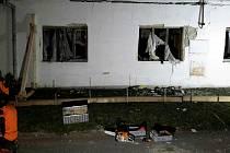 Výbuch plynu zničil hodinu v noci na pondělí rodinný dům ve Vlasaticích na Brněnsku. Těžce popálený majitel skončil v nemocnici. Dům je neobyvatelný, má poškozené zdi, které hasiči do rána zpevňovali výdřevou. Foto: HZS JMK