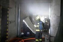 Požár dílny v brněnských Žabovřeskách zaměstnal v pondělí před půlnocí tři jednotky profesionálních hasičů.