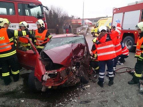 Třemi zraněnými skončila úterní ranní nehoda autobusu a osobního auta na křižovatce mezi obcemi Jiříkovice a Tvarožná.