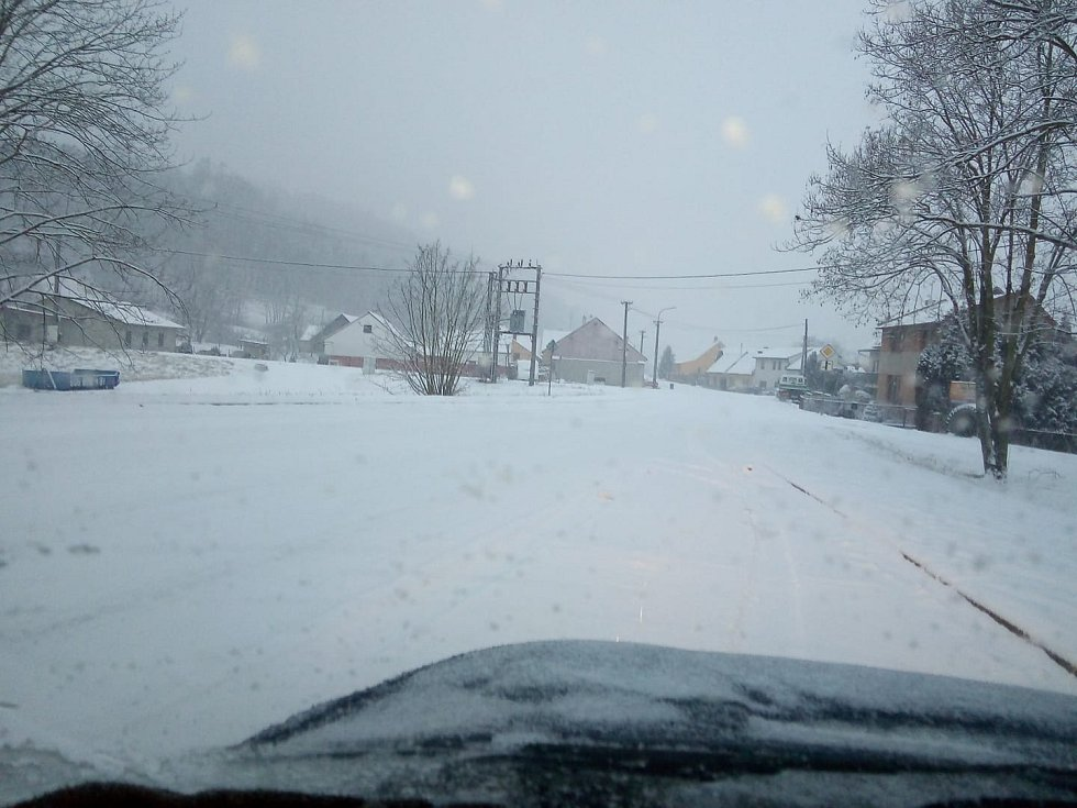 Jihomoravské silnice zasypal sníh. Situace na Boskovicku.
