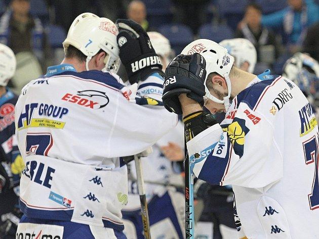 Smutek hráčů Komety Brno po prohraném čtvrtém zápase série s Chomutovem.