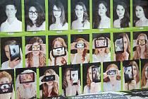 SKRYTÁ IDENTITA. O tom, že mají studenti vyškovského gymnázia více tváří, svědčí tablo oktávy B. Ti se nechali vyfotit s mobilem nebo tabletem před částí obličeje. Místo selfie však zvolili netradiční prezentaci. Lidé tak uvidí třeba dívku s očima lva.