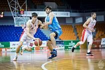 Basket Brno (vlevo Radek Farský) porazil po restartu Národní basketbalové ligy Olomoucko.