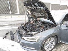 Na exitu 190 dálnice D1 u Brna ve čtvrtek hořel Volkswagen Passat.