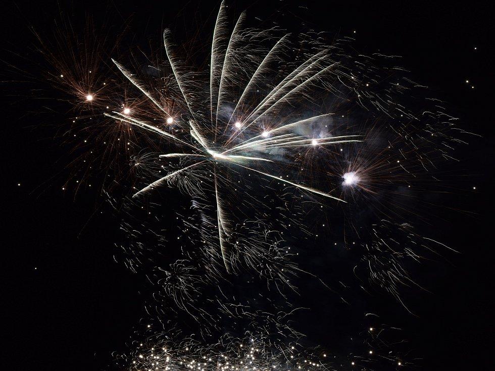 Desítky rodičů s dětmi se přišly podívat na silvestrovský ohňostroj.