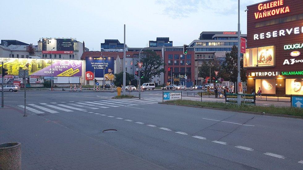Frekvantovaný přechod mezi galerií Vaňkovkou a obchodním domem Tesco v Brně.