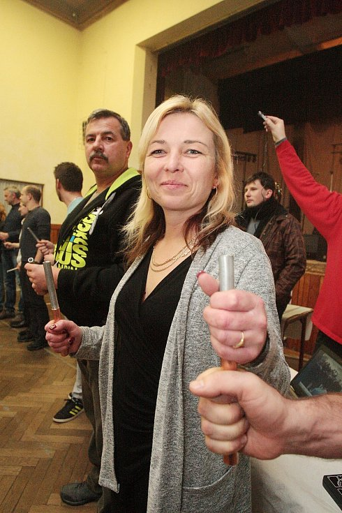 Sokolovna v Drásově na Brněnsku v pátek večer zažila vznik nového rekordu. Účastníci elektrotechnického pokusu chtěli vyrobit co nejvyšší napětí pomocí zinkovo-měděných elektrod, které drželi.