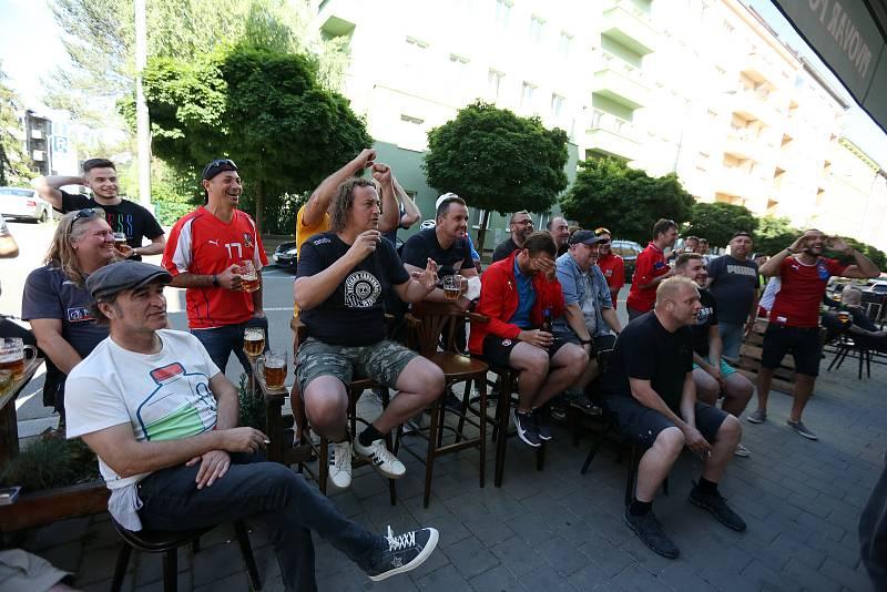 První reprezentační zápas výběru české republiky si nenechali ujít fanoušci brněnské Zbrojovky a u televizních obrazovek hlasitě povzbuzovali fotbalisty v zápase proti Skotsku.