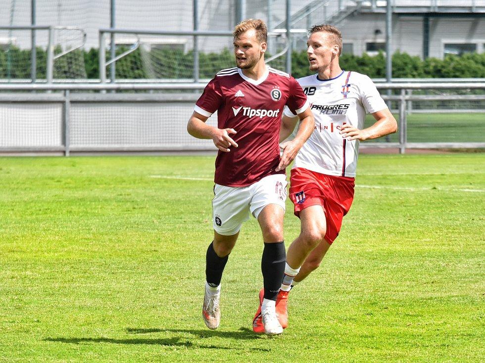 Líšeňští fotbalisté prohráli s pražskou Spartou 0:1. Ondřej Ševčík (v bílém) hlídá náběh domácího útočníka Matěje Pulkraba.