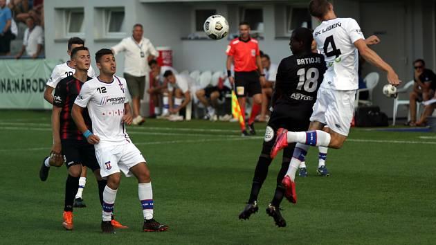 Líšeňští fotbalisté (v bílém) zvítězili v úvodním kole FORTUNA:NÁRODNÍ LIGY na domácím hřišti 3:2 nad Viktorií Žižkov.