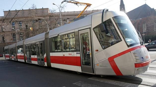 Tramvaj smetla auto naPalackého třídě. Spolujezdkyně skončila na chirurgii