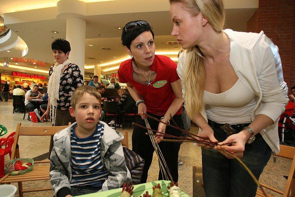 Ve stánku Nadačního fondu Emil v nákupním centru Vaňkovka učili plést pomlázku.