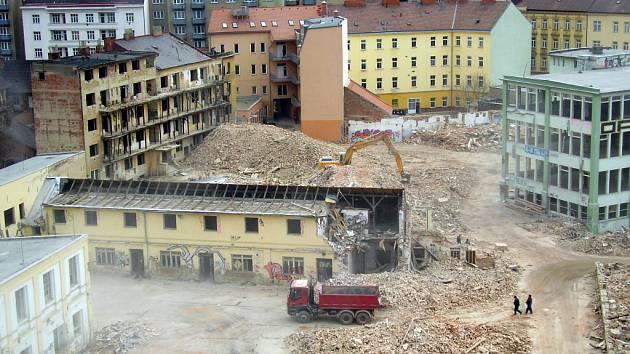 Areál bývalé továrny na oděvy Kras Haka mezi Veletržní ulicí a ulicí Bělidla.