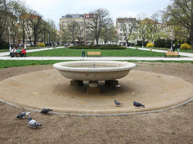 Park na Obilním trhu bude pro obyvatele o něco přívětivější. Kamennou kašnu (na snímku), kterou městská část loni zrekonstruovala, doplní třeba nové pítko, které využijí lidé i psi. Přibudou také koše a lavičky.