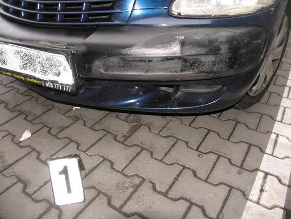 Tento modrý Chrysler pronásledovali policisté.