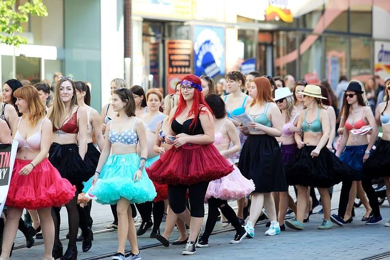 Přibližně šedesátka žen v pátek zaujala Brňany v centru města. Na třetím ročníku Pochodu za padnoucí podprsenku se prošly Brnem jen v podprsenkách.