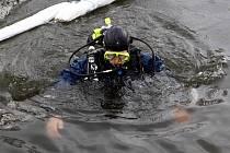 Potápěči zkoumají vodu Svratky.