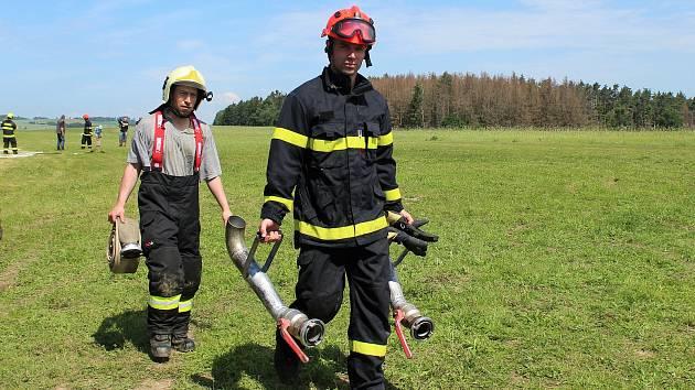 Na letišti Borovník na Brněnsku trénovali v neděli odpoledne hasiči.